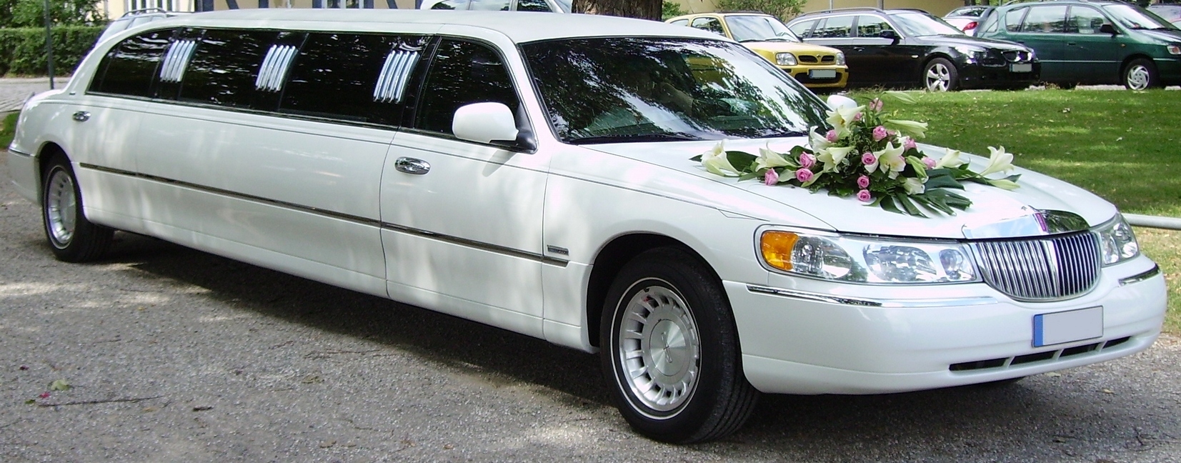 Why You Should Hire a Limo Service for Your Wedding Guests